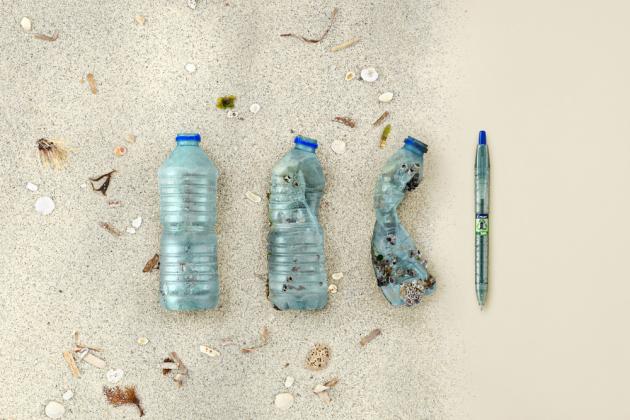 Nové kuličkové pero Ecoball doplňuje ekologickou kolekci per B2P. Vůbec poprvé jsou součástí složení pera oceánské plasty. To je plastový odpad posbíraný z pláží, oceánů, řek, jezer a břehů vodních toků.