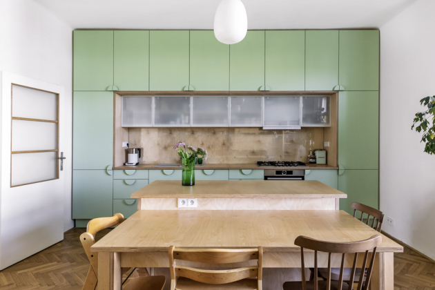 S kuchyní dokonale souzní knihovna, jejíž přirozenou součástí je i sedačka