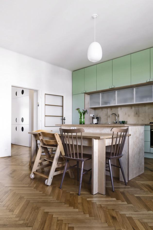 Ostrůvek se společně s jídelním stolem nacházejí centrálně mezi kuchyňskou a obývací stěnou