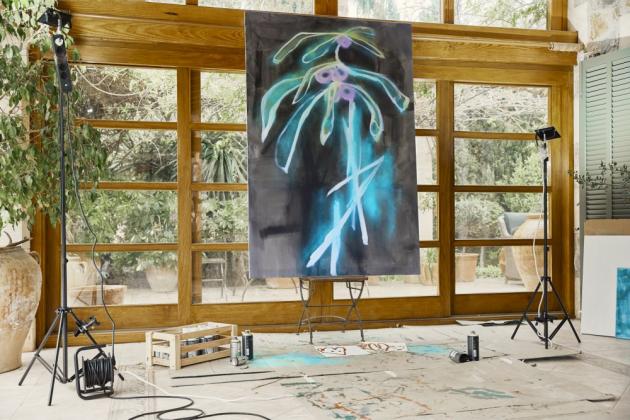 Už kvůli dětem bylo pro Nazan důležité, aby interiér nevypadal jako muzeum. Nechybí zde samozřejmě umění jejího manžela Juliana, jehož inspirací jsou barvy a světelné kontrasty ostrova.