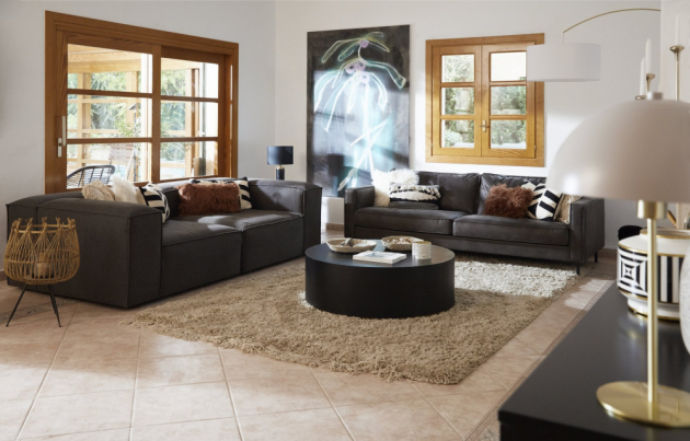 Uvnitř domu pár vytvořil neformální středomořský styl, který je moderní a zároveň útulný.