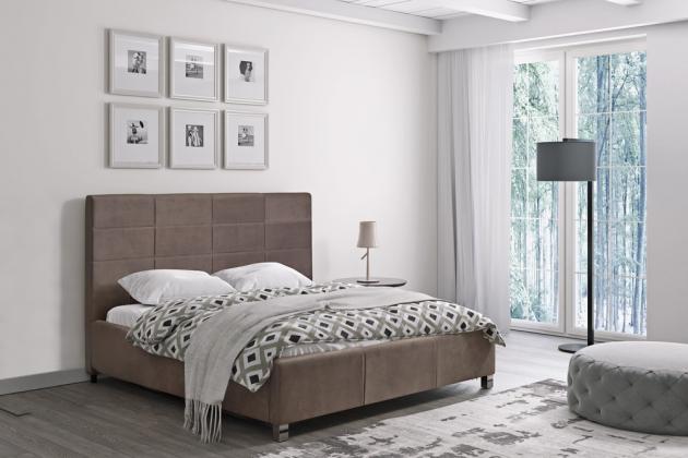 Vysoké čelo s mřížkovanými liniemi má čalouněná postel San Luis, lůžko 180 × 200 cm, cena bez matrace 15 999 Kč, www.jena-nabytek.cz