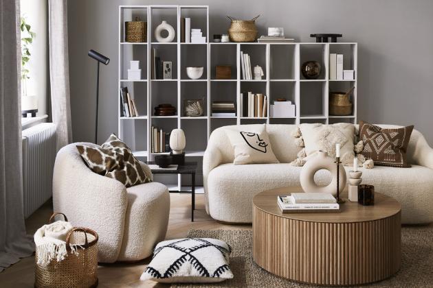 Z kolekce HM Home je strukturovaný tkaný koberec, 170 × 240 cm, cena 6 999 Kč, vzorované povlaky na polštáře, 50 × 50 cm, cena 149 Kč, ratanový koš, cena 999 Kč, www2.hm.com