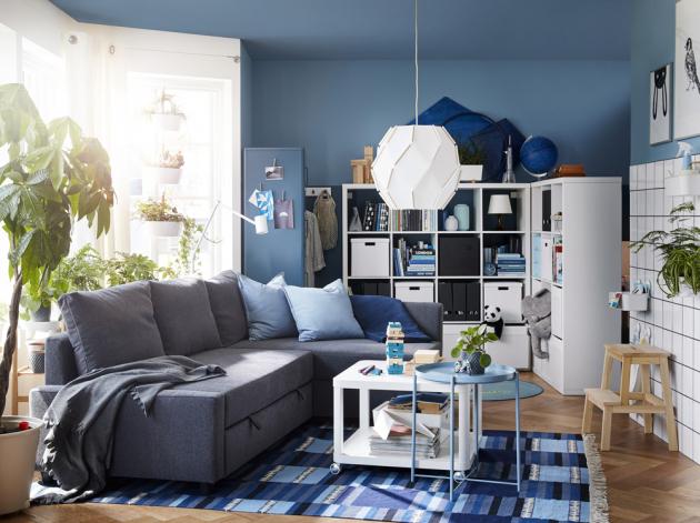 Rohová rozkládací sedačka Friheten (IKEA) s látkovým potahem, cena 10 990 Kč, bílý policový díl Kallax, 147 × 38 × 147 cm, cena 2 490 Kč, www.ikea.cz