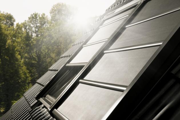 Během dne může sregulací teploty pomoci venkovní markýza VELUX, která blokuje sluneční záření a snižuje přehřívání interiéru, ale zároveň dovnitř propouští denní světlo a nebrání ve výhledu.
