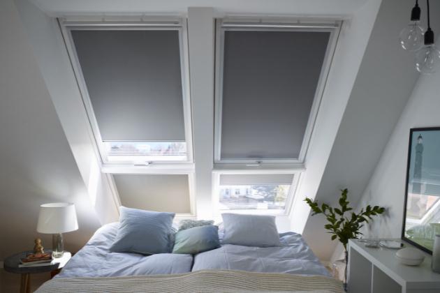 Je dobře známo, že vpříliš teplé ložnici usínáme obtížněji. Potíme se a častěji se budíme. Proto je potřeba postarat se o správnou tepelnou pohodu na spaní už přes den. Základem je pravidelné větrání, které vzduch nejen ochladí, ale i vymění za čistý, bez zvýšené koncentrace CO2 a dalších škodlivých látek.