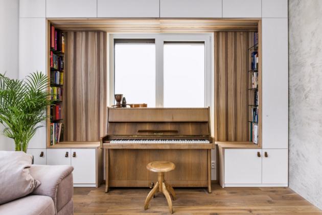 Na základě zadání klienta byl architekty vytvořen návrh, který majitelé s nadšením odsouhlasili. Interiéru vévodí z velké části světlé barvy. Bílá je doplněna jilmovým dřevem, které se sice v interiéru často nevyskytuje, ale dodává prostorům pocit tepla a domova.