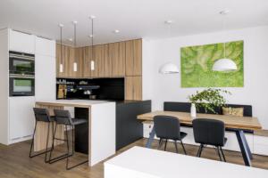 Majitelé bytu v novostavbě oslovili architekty studia Divergent s tím, že chtějí prakticky a vkusně vyřešit své nové bydlení.