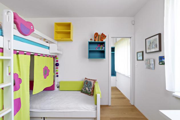 Základem dětského pokoje je bílý nábytek v kombinaci s barvami a hravými prvky