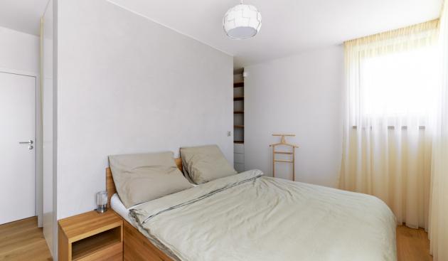 Důležitou součástí ložnice je prostorná šatna, která je ukrytá za příčkou
