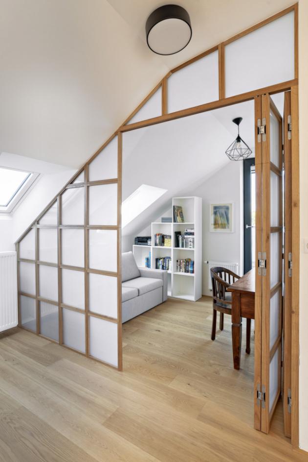 Dřevěné rámečky tvoří masivní dubové hranolky, výplně lakovaná deska, sklo nebo je ponechán prázdný prostor