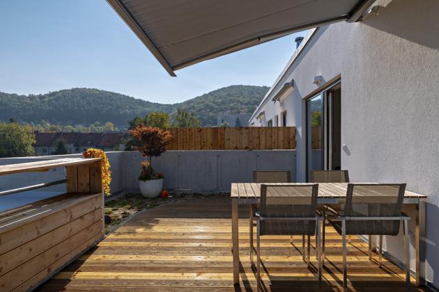 Relaxační zónu terasy uzavírá masážní vana s perličkovou koupelí