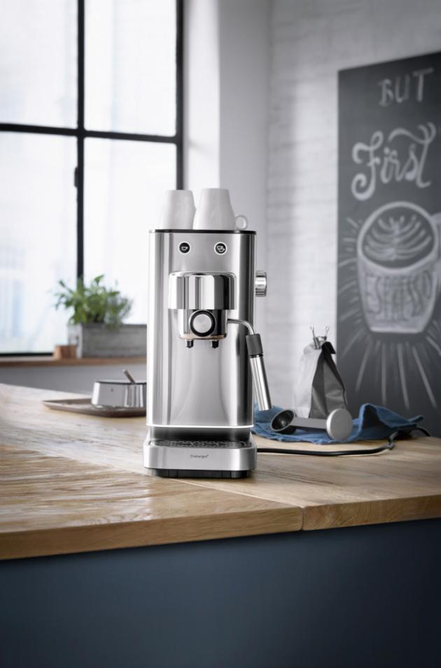 Pákový kávovar Espresso Lumero (WMF), integrovaná dóza na napěňování mléka, cena 5 999 Kč, www.chefshop.cz