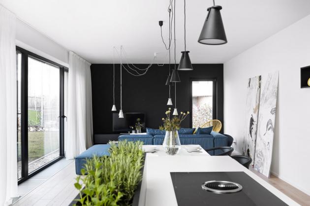 Černé zdi se nevylučují s přáním klientky mít interiér světlý a minimalistický