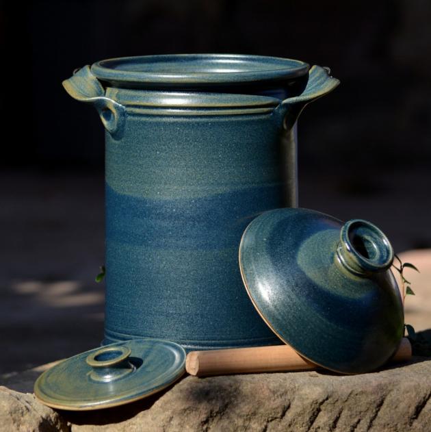 Na chalupě nebo v tradičně zařízeném bytě se budou vyjímat ručně točené kameninové nádoby na kvašení od značky mago z Českého ráje. Na výběr je z mnoha barev i velikostí, výhodou je, že je můžete mýt v myčce.