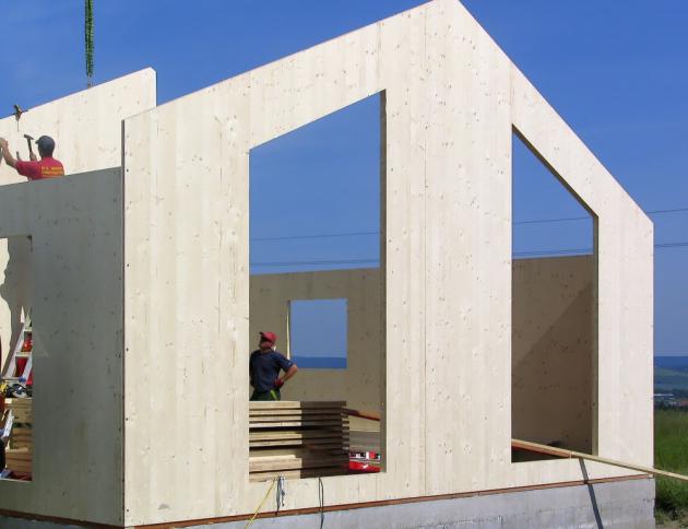 Konstrukci u domů postavených ze systému NOVATOP nevytváří tesař z plánů na stavbě, ale CNC stroj v hale s velkou přesností z dat, která zadává projektant, www.novatop.cz