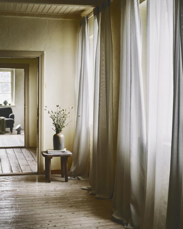 Na závěsech Gunrid je skvělé, že ke snížení znečištění vzduchu v interiéru nepotřebují elektřinu. Navíc jsou samočisticí, což znamená, že ušetříte vodu, energii a peníze snížením počtu praní, rozměry 145 × 300 cm, cena 699 Kč, www.ikea.cz