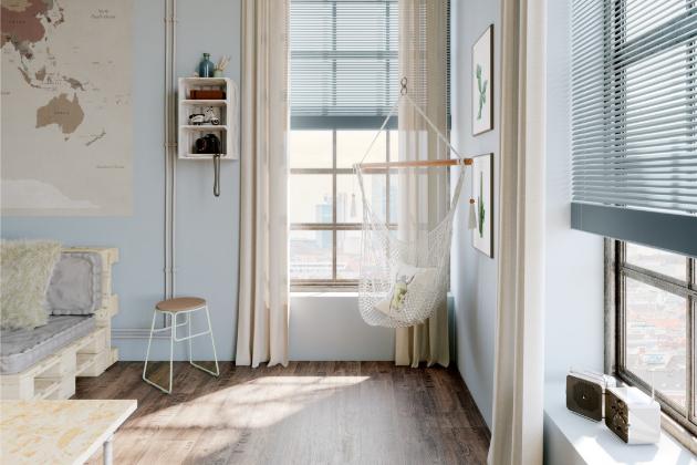 Přímé sluneční paprsky dovedou zejména v létě nadělat v interiéru více škody než užitku – od spálených kytek na parapetu až po vybledlý nábytek, koberce či tapety.