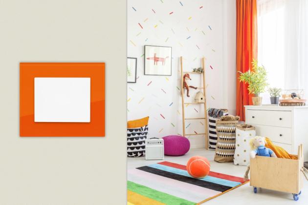 Vypínač DECENTE se skleněným rámečkem – odstín cihlově oranžová (OBZOR)