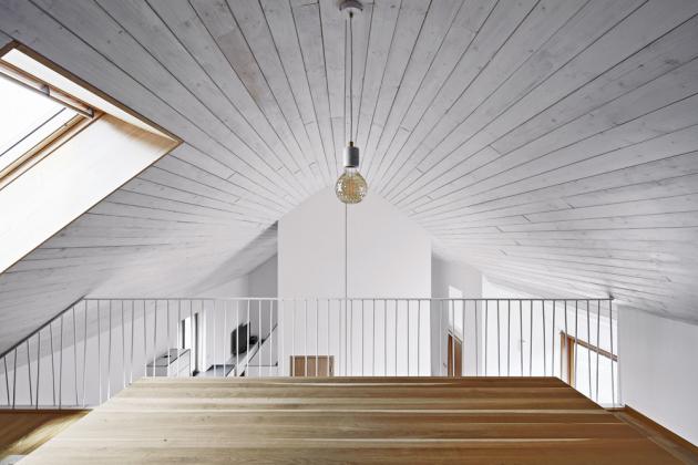 Přestože je dům zvenku velmi tradiční, od měřítka a tvaru přes materiály, v interiéru nabízí překvapivě velkorysý prostor, který neruší žádné konstrukční prvky.