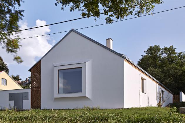Východiskem projektu je, že vesnický dům se nemůže chovat jako městská vila. Je třeba se vrátit k ulici a otevřít se jí.