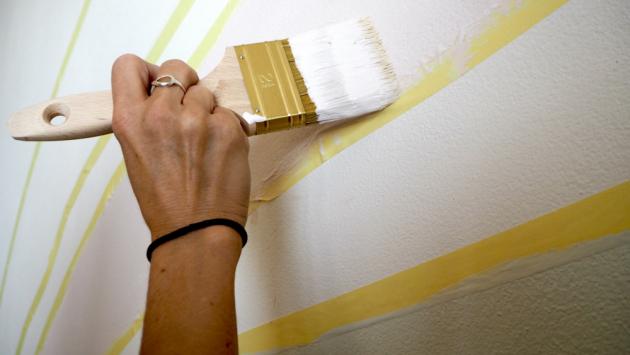 Dříve než se pustíte do malování, odsuňte všechen nábytek tak, abyste ke stěně měli dostatečný přístup. Podlahu zakryjte fólií. Jednotlivé pruhy duhy si můžete nejprve na stěnu načrtnout tužkou, poté si je vyznačte pomocí krycí pásky. V případě potřeby zakryjte páskou také vypínače, zásuvky či podlahové lišty. Barvy důkladně rozmíchejte a míchejte je i v průběhu malování. Barevné pigmenty totiž mají tendenci se usazovat na dně.