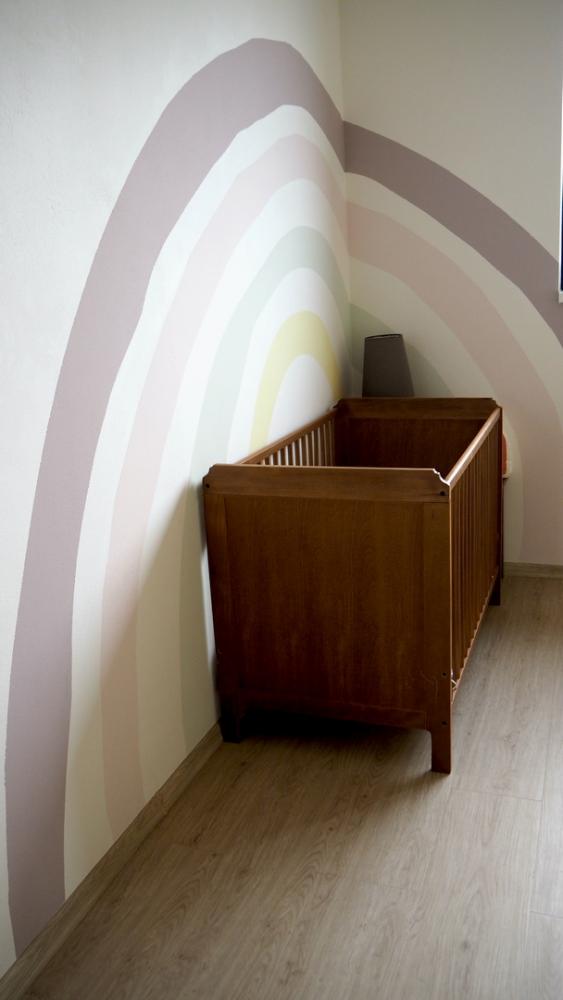 Oživte stěny dětského pokoje. Namalujte na ně duhu!