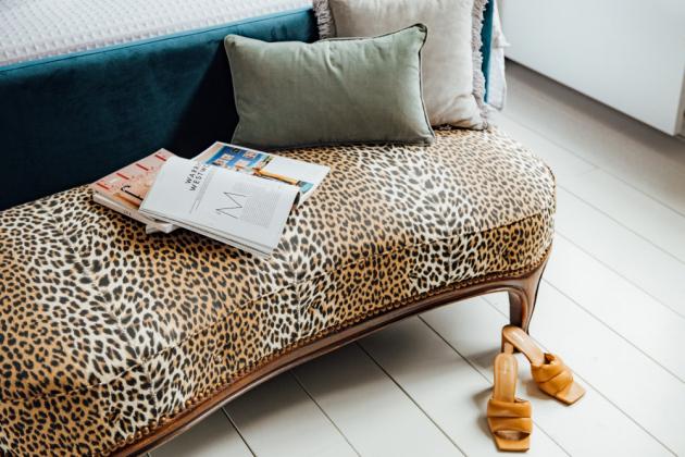 Práce v posteli nikdy není dobrý nápad a zdá se, že opravdu zabíjí váš spánek. Leopardí pohovka je mementem mých prarodičů a je velmi pohodlná. Ráda zde čtu časopisy, ale také ji využívám k telefonování.