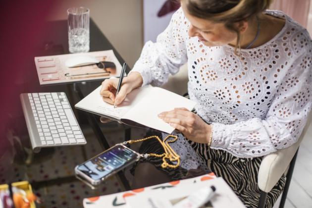 Jaké věci musí být ve vaší pracovně?  Tenký zápisník a pěkná propiska, květiny, vonná svíčka, počítač s velkou obrazovkou nebo stojan na notebook a velký stůl se spoustou místa.