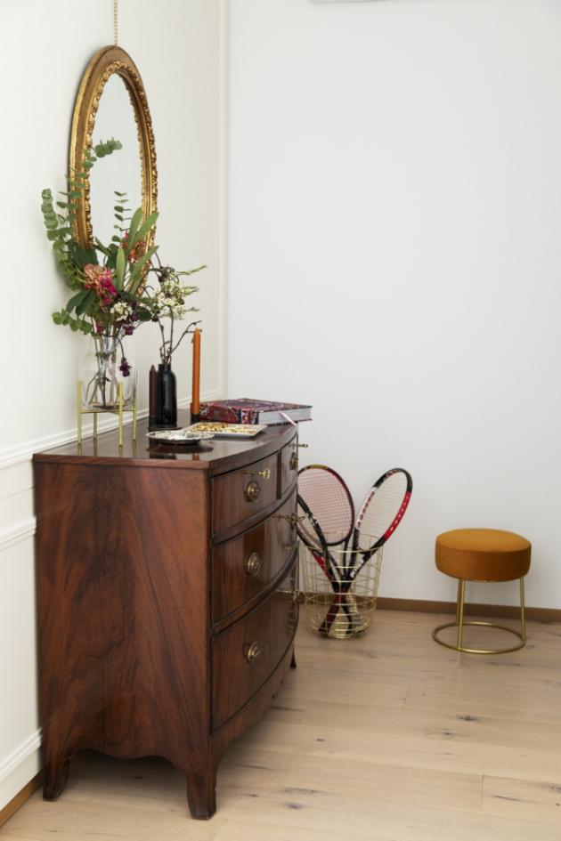 V obývacím prostoru je stůl z 18. století a komoda z poloviny 19. století, kterou jsem zdědila po své rodině. Na stole jsou však detaily, které dokonale odrážejí štukové prvky.