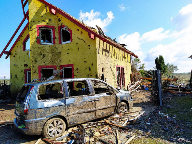 Na řadě fotografií jsme si uprostřed trosek všimli domu se žlutou fasádou, který jako zázrakem tornádo přežil relativně ve zdraví