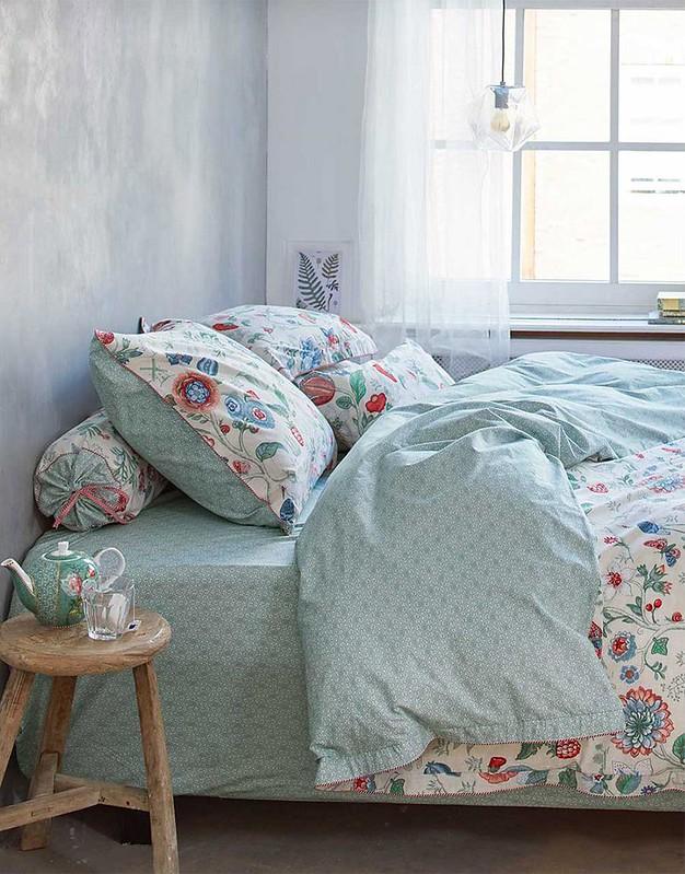 Textilu zase vévodí měkká plátna, bavlna a hedvábí, často s květinovým potiskem nebo pruhy