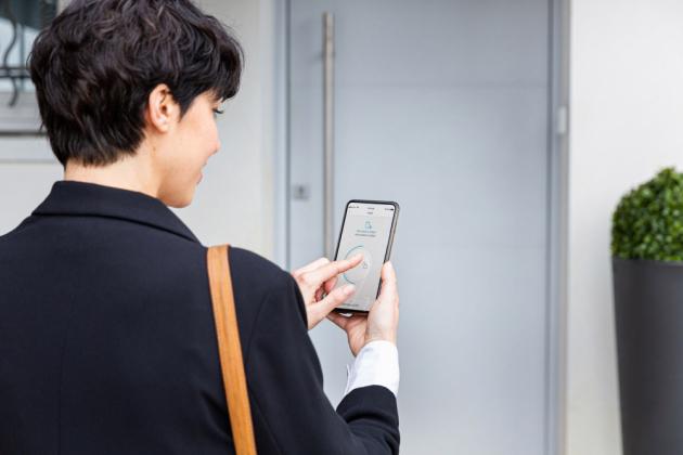 Díky mobilní aplikaci Somfy Keys můžete dveře odkudkoli zkontrolovat a případně je uzamknout