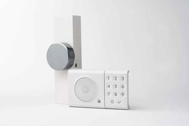 Chytrý zámek Door Keeper snadno nainstalujete na vnitřní stranu dveří s cylindrickou vložkou, na dveře s vícebodovým uzamykáním i na dveře bez vnější kliky, pouze s koulí. Díky propojení s bluetooth či s domácí wi-fi si pak každý, komu udělíte přístupový kód, snadno odemkne bez pomoci klíčů – mobilem, klíčenkou, náramkem, popřípadě PIN kódem.