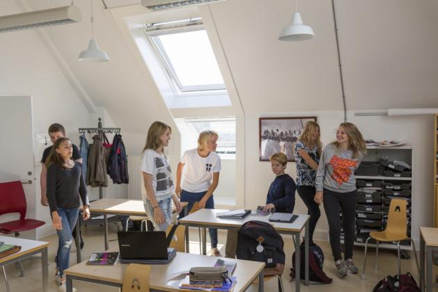 V školních prostorách je třeba zajistit rozložení denního světla tak, aby bylo dominantním zdrojem světla po většinu dne.