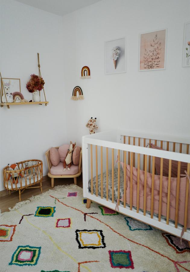 V dětském pokoji jsou použity pastelové barvy, které navozují jemnou atmosféru a mají pozitivní vliv na mysl. Díky plyšovým hračkám XXL a přírodním materiálům, dřevu a ratanu se v tomto prostoru okamžitě cítíme dobře.