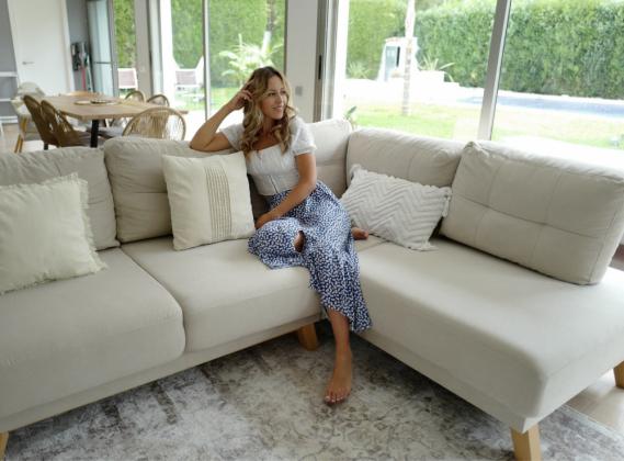 Její velkorysý obývací pokoj je vyzdoben v boho stylu, v béžové, černé, šedé a zelené barvě