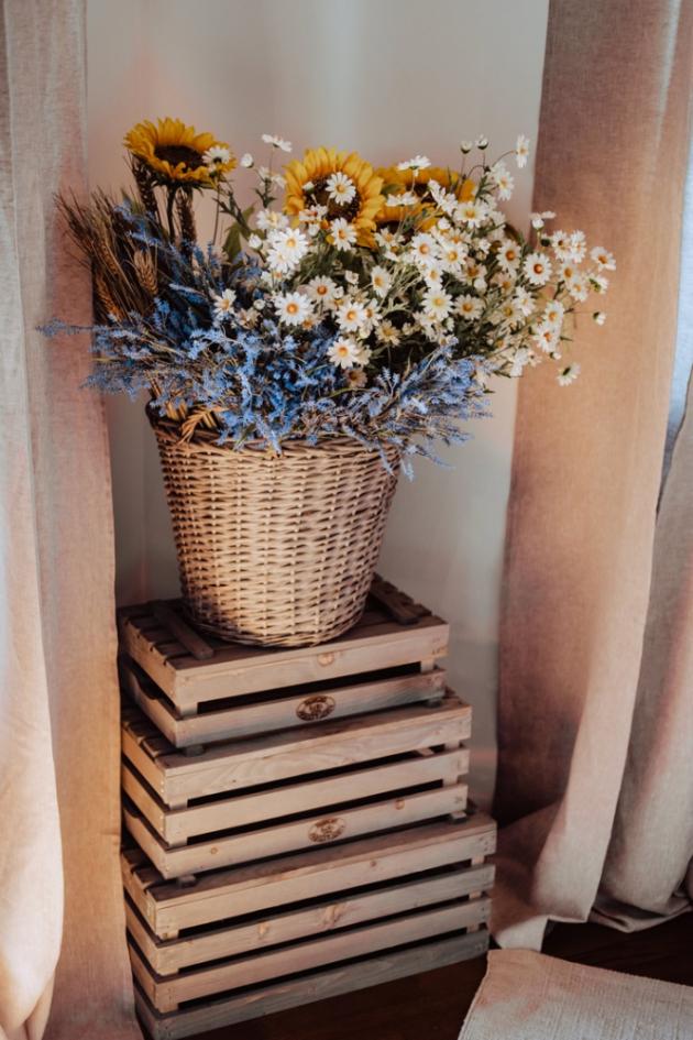 Koberce, správný výběr látek a květiny jsou nezbytnými kousky.