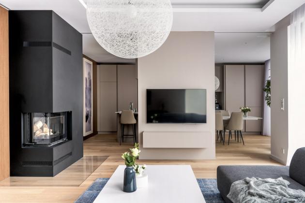 Architekt Filip Hejzlar, který se projektu ujal, vycházel z puristicky béžové koncepce, která klienty oslovila a inspirovala, nicméně pro tuto realizaci se rozhodl pro živější schéma barev i materiálů.