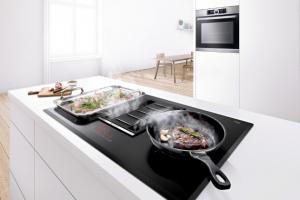 Luxusní varná deska PVS 851F721 E (Bosch), integrovaný odsavač par, senzor smažení hlídá a upravuje teplotu při smažení, část desky s flexibilní zónou, cena 66 990 Kč, www.bosch-home.cz