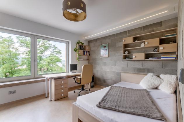 Díky práci v oboru má majitel kontakty na dřevaře a výrobce nábytku, se kterými navrhli a vyrobili všechen nábytek na míru.