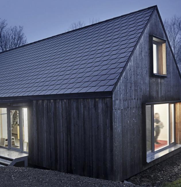 Skládaná krytina Cembrit z vláknocementu je vhodná pro použití na střechy již od sklonu 18°, ale je vhodná i pro obklady fasád a štítů, www.cembrit.cz