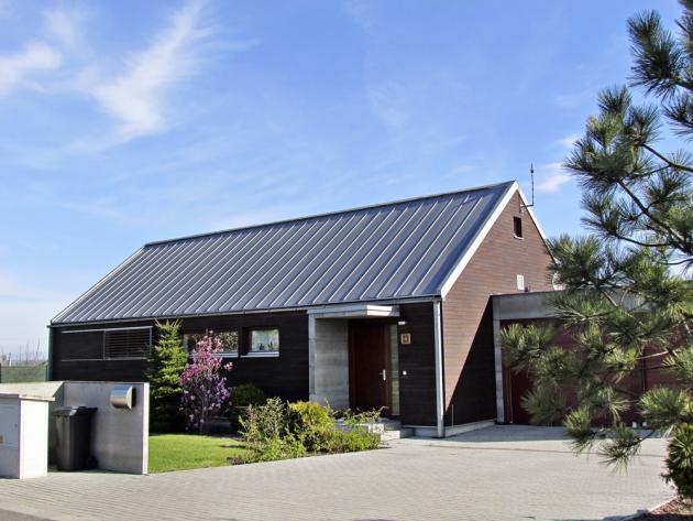 Velkoformátová krytina Rapid 510 (Satjam) se hodí především pro moderní pultové střechy, ale díky své nízké hmotnosti a jednoduché a rychlé montáži ji lze použít i pro rekonstrukce střech, www.satjam.cz