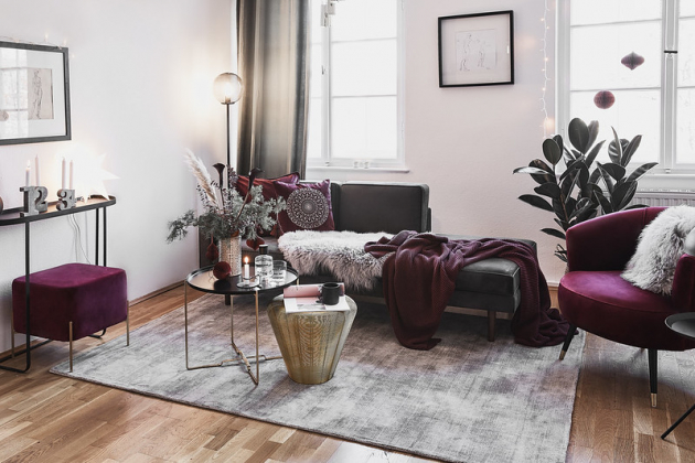 S bordovým nábytkem uděláte skutečný dojem! Pro udržení atmosféry a zároveň zklidnění zraku doporučujeme kombinovat s dekorativními prvky ve svěží, krémové barvě. Lesklé mosazné nebo měděné ozdoby dodají aranžmá podzimní šmrnc.
