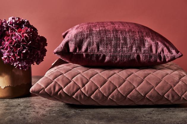 Hřejivě bordová a červená barva vykouzlí ve vašem domě nádhernou atmosféru, zejména v chladných obdobích roku.
