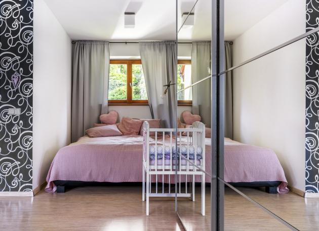 V domě bylo potřeba vybudovat pohodlné bydlení pro tříčlennou rodinu a mamince zařídit komfortní výminek.