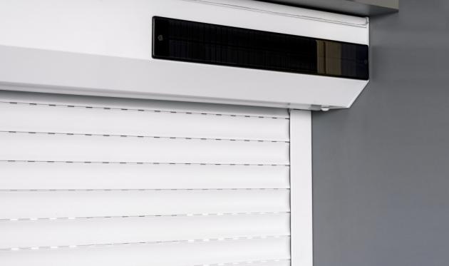 Solárně napájené roletové pohony Somfy umožňují instalace i na místech, kde není možné připravit elektroinstalaci. Pro dobití baterie postačí i běžné denní světlo