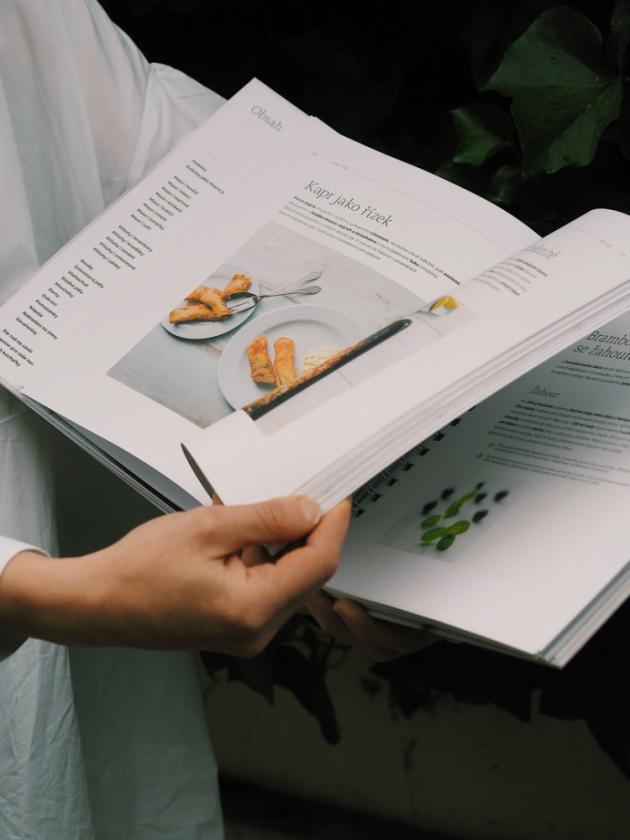 Česká domácí kuchařka plná původních rodinných receptů předávaných z generace na generaci se vrací. Oblíbená kuchařka Elišky Maixnerové, která se dočkala několika dotisků a cestu si našla i mezi krajany v zahraničí, je po více než dvaceti letech od prvního vydání zpět, ve zcela novém výpravném vydání.