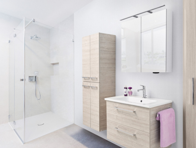 Velkým plusem závěsného nábytku GIO je kromě estetické čistoty také fakt, že se koupelna opticky zvětší.