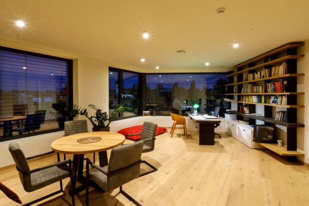 Z obývacího pokoje vede interiérové schodiště do patra, kde je pracovna, dětský pokoj, koupelna a šatna